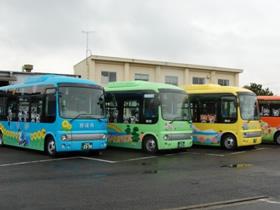 路線ごとに色分けされた循環バス